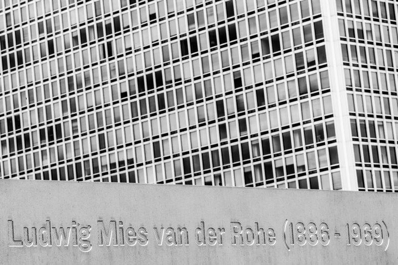 密斯清楚明白,他的建筑作品的完美外观会被参与进来的人破坏。