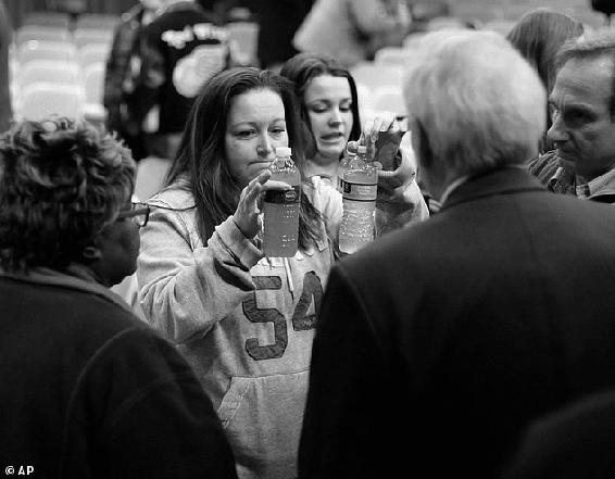 <p>Figure 5.1<br>LeeAnne Walters presents her tap water to EM Jerry Ambrose. © Detroit Free Press /ZUMA Press.</p>