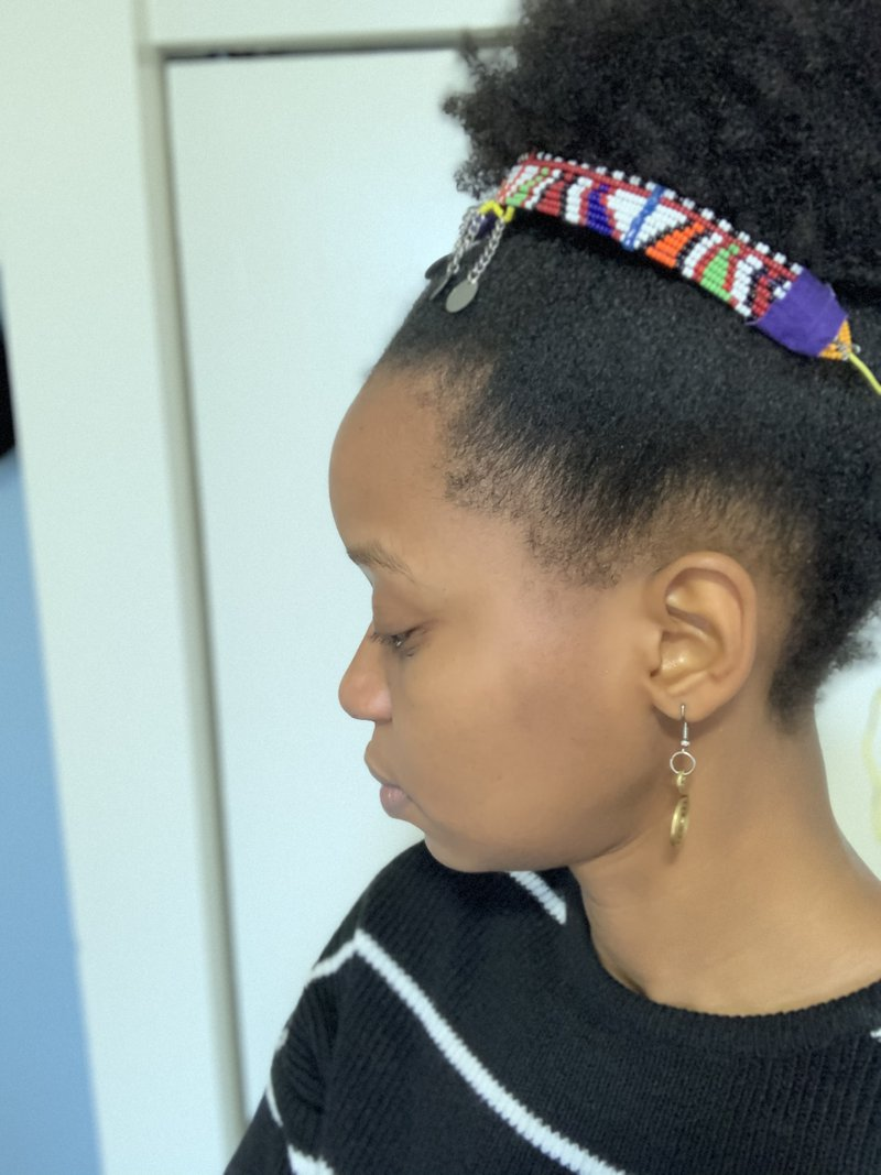 "<p class="""">Side view of headband</p>"
