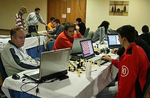 アドバンスド・チェスは人間とコンピュータがチームとして協同してリアルタイムに競技する実例である. これらのチームはどの個人棋士よりも、或いは単体のチェスプログラムよりも圧倒的強い. 人間同士が小さなグループを作り、ネットワーク化されたコンピュータと協同することで、更にこの効果は増強される.